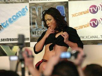 Una actriu porno, exhibint-se en el Saló Eròtic que la primavera passada es va fer a Cornellà de Llobregat.  Foto:ANDREU PUIG
