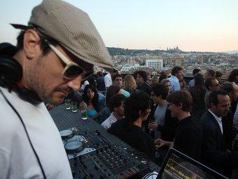 Festa en una terrassa de la ciutat Foto:arxiu