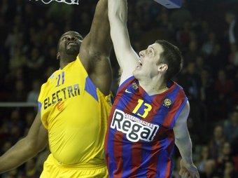 Kosta Perovic supera Schorsianitis.  Foto:ORIOL DURAN