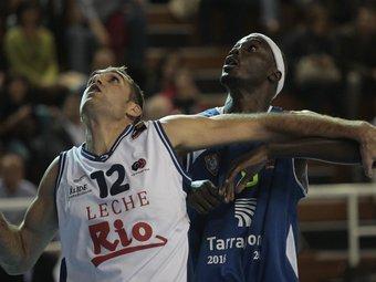 Arteaga lluita per la posició amb Diouf en una imatge del partit de la primera volta.  Foto:J.C. LEÓN
