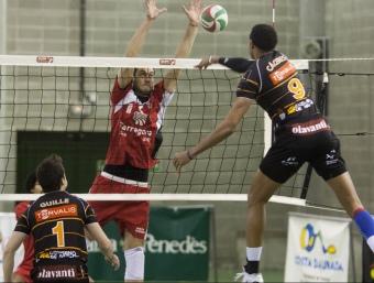 El gegant Cáceres en el partit de la primera volta.  Foto:T. MEULEN