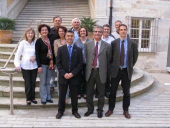 Imatge de Tibau, casadesus i Pujols amb els treballadors de la representació a Girona.