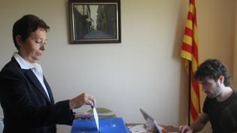 Una dona vota en la consulta organitzada per Bellmunt d'Urgell Decidix. Foto:D.M