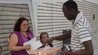 Un votant, originari de Guinea Bissau, ahir, exercint el dret a vot a la taula de les Cotxeres, a Sants, que va ser de les més concorregudes Foto:ROBERT RAMOS