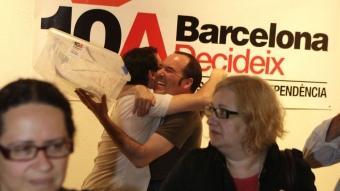 Dos organitzadors celebren l'èxit de la participació en la consulta de Barcelona, ahir Foto:ROBERT RAMOS