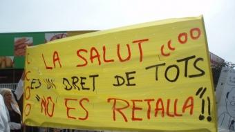 Pancarta contra les retalles a Sanitat anunciades pel govern.  Foto:EL PUNT