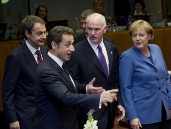 Zapatero i Papandreu (a la imatge, acompanyats de Sarkozy) passen temps difícils.  Foto:ARXIU/L'ECONÒMIC