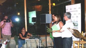Imma López, ànima del projecte, recull el guardó que li ha estat atorgat a Serrania TV pel CELS. Foto:ESCORCOLL