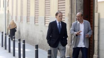 Joan Pujol, a l'esquerra, i Joan Carles Gallego conversen moments abans de començar el debat de Preguntes Indignades a la redacció.  Foto:ORIOL DURAN