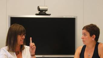 responsable de l'oficina tècnicade dinamització de la Xarxa Punt TICLa rectora de la UOC, Imma Tubella, (esquerra de la imatge) i la responsable de la xarxa Punt TIC de la Generalitat, Esther Subías, durant el debat.  Foto:MARTA PÉREZ