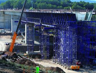 Les obres de l'AVE (a la foto, viaducte entre Pontós i Garrigàs) han omplert la cartera els darrers anys.  Foto:ARXIU/ LLUÍS SERRAT