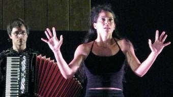 La Bella Dorment del Bosc, Maura Morales, amb el músic Dani Espasa a l'esquena, en un moment de l'obra Foto:P. GALILEI