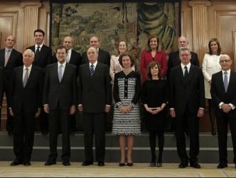 Uns quants mestres tallen el trànsit per protestar contra la retenció de l'IRPF abans de cobrar l'extra (esquerra). Antoni Brufau (centre dalt), i a sota un usuari de metro baixa d'un comboi. El nou president del Govern, Mariano Rajoy, amb el nou equip i els Reis al mig (dreta).  Foto:ARXIU