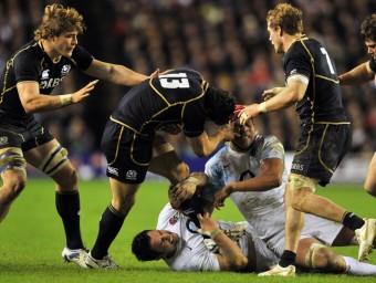 Escocesos i anglesos van lliurar una batalla dura ahir a Murrayfield Foto:EFE