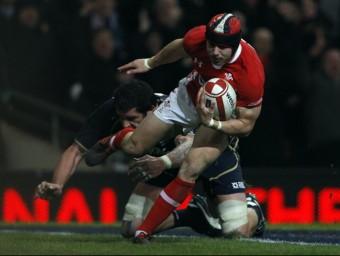 Halfpenny s'escapa d'un rival abans d'anotar una de les dues marques Foto:EL 9