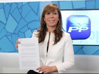 La presidenta del PP a Catalunya, Alícia Sánchez Camacho, mostra orgullosa el text del pacte amb CiU pel pressupost. Foto:ARXIU