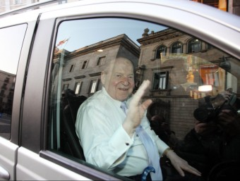 El magnat Sheldon Adelson, sortint de la Generalitat després de la reunió amb Artur Mas. Foto:L'Econòmic