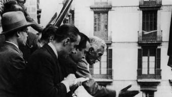 Macià al balcó del Palau.  Foto:EL PRESIDENT FRANCESC MACIÀ PROCLAMANT L'ESTAT CATALÀ EN UNA JORNADA HISTÒRICA PEL PAÍS. VIQUIPÈDIA