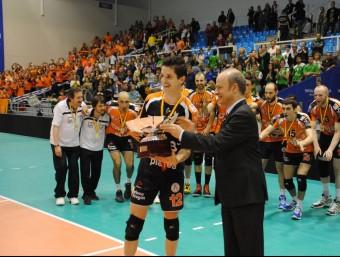 Llenas, amb el trofeu 2011-2012 Foto:L'ESPORTIU