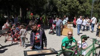 Nens jugant amb jocs creats a partir de bicicletes velles, ahir en el marc del 'Jugui jugui' al parc Bosc de Figueres Foto:JOAN SABATER