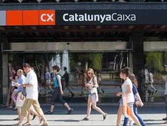 Catalunya Banc (que en breu podria ser absorbit pel Banco Santander) rebrà 9.080 milions de l'auxili dels fons europeus.El vicepresident de la Comissió Europea, Joaquín Almunia i, a sota, Josep M. Pujol, de Ficosa i nou president de la UPM.Francesc Homs ha anunciat més retallades.