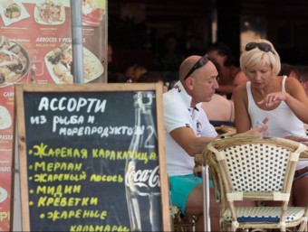 Turistes russos en un restaurant rus de Salou.