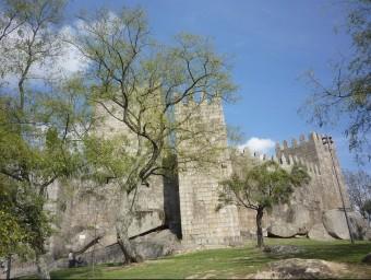 Guimarães està ple de racons que conviden a la descoberta. El castell.  Foto:MARTA MEMBRIVES