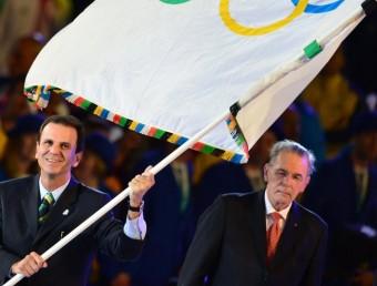 L'alcalde de Rio de Janeiro amb la bandera olímpica durant la cerimònia de clausura dels Jocs Olímpics de Londres Foto:AFP