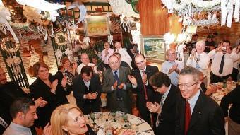 Alberto Ruiz-Gallardón, aclamat ahir pels companys de taula i el públic, abans de prendre la paraula en el míting a Figueres. Foto:MANEL LLADÓ