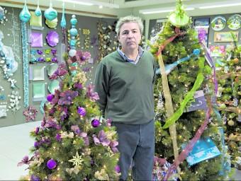 Evaristo Riera, entre la decoració nadalenca que ofereix a les botigues.  Foto:JOSEP LOSADA