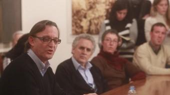 Josep Maria Vila d'Abadal va fer ahir a la tarda una roda de premsa a Vic per explicar la seva decisió Foto:ALBERT LLIMÓS / EL 9 NOU