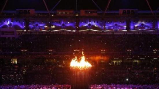 El peveter amb el foc olímpic en la inauguració dels Jocs Foto:EFE / DENNIS M. SABANGAN