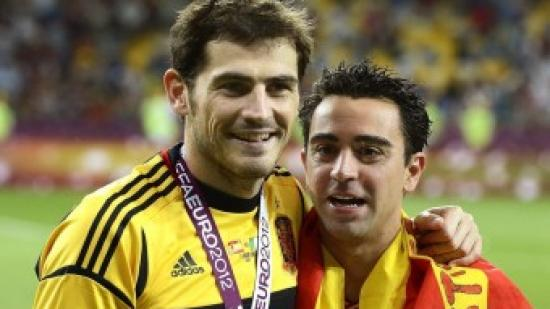 Casillas i Xavi sostenen el títol de campions d'europa Foto:EFE