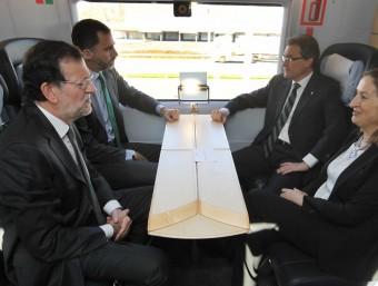 A l'esquerra, Artur Mas, Mariano Rajoy i el príncep Felip anant en tren. A dalt, Mario Draghi. A sota, reproduccions gegants d'envasos de Coca Cola. A la dreta, la planta d'Erisa a Constantí.