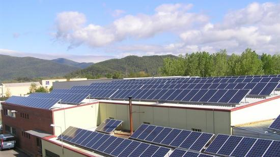 Sostres amb plaques solars en edificis de les comarques gironines Foto:EL PUNT AVUI