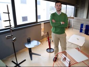 Ricard Mollón envoltat dels diferents mobles i auxiliars de disseny que ven 'online'.  Foto:JUANMA RAMOS