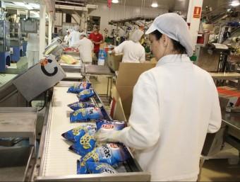 Unes treballadores empaquetant un dels productes que fabrica l'empresa.  Foto:JOAN SABATER