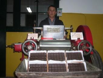 Xavier Benet amb una de la màquines de fabricació de xocolata.  Foto:L.M