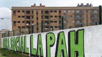 Pintada dels activistes de PAH davant de l'edifici Ocupat de Salt. Foto:LLUÍS SERRAT