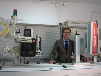 Jordi Piñot, president i CEO de Macsa Id, entre una aplicadora i un equip làser.  Foto:A. AGUILAR