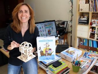 Isabel Oller amb una maqueta d'una sínia i mostres de La capsa del mar al seu despatx de Sabadell.  Foto:JUANMA RAMOS