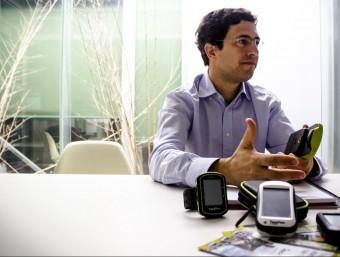 El gerent de l'empresa, Santiago Twose, amb alguns dels dispositius que ha confeccionat la firma en els últims anys.  Foto:QUIM CABEZA