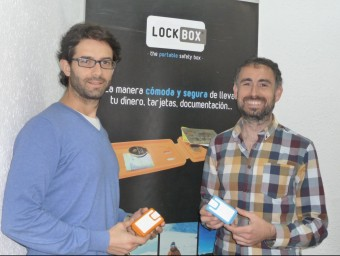 Sergi Moreno i Eduard Aguilera mostren dos models de Lockbox a la seu de la companyia, a Badalona.  Foto:MARTA MEMBRIVES