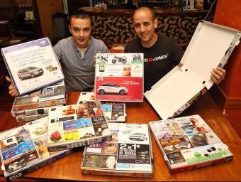 Josep Maria Pardo i Lucas Márquez mostren les caixes a la pizzeria La Pèrgola, de Vilafranca del Penedès.  Foto:JUANMA RAMOS