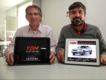 Josep Casanovas i Albert Alsina mostren la revista que han creat i que a finals de mes traurà el número cinc.  Foto:J.S