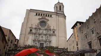 El mal temps no va espantar els visitants. A la foto, uns que contemplaven el muntatge de les escales de la catedral. Foto:J.S