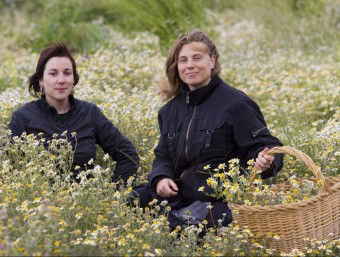 Montse i Griselda recollint plantes aromàtiques en un bancal de Prat de Comte.  Foto:JOSÉ CARLOS LEÓN