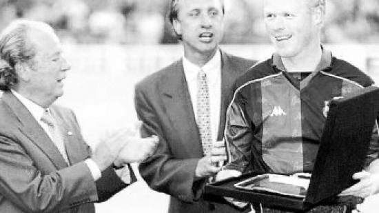 Cruyff entre Núñez i Koeman.  Foto:EL 9 / EFE