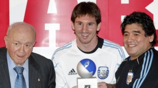 Leo Messi recull de mans de Di Stéfano el trofeu que porta el mateix nom, acompanyat de Diego Armando Maradona. A baix, Messi saluda Pelé en la gala de la Pilota d'Or. A la dreta, Johan Cruyff Foto:EFE / EL 9 / O. DURAN