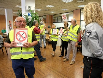 Concentració de iaioflautes en unes oficines de l'INSS en protesta per la reforma de les pensions.  Foto:LLUÍS SERRAT